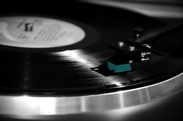Hudobné nosiče sú predávanejšie, než platené sťahovanie či streamovanie