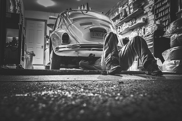 automechanik v dílně