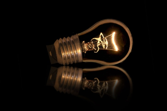 Žiarovka na čiernom pozadí.jpg