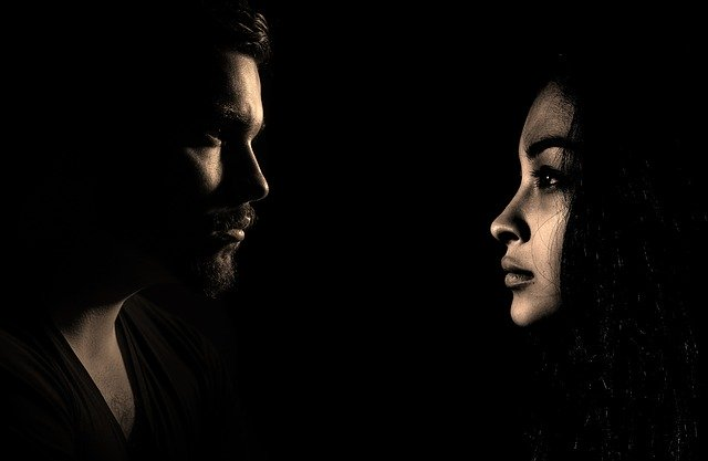 Muž a žena, tváre, čierne pozadiie.jpg