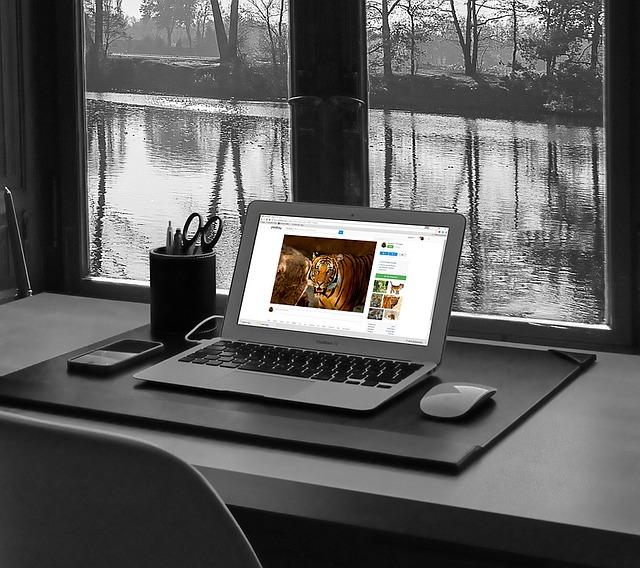 Pracovný stôl s notebookom pod oknom.jpg