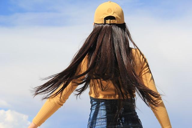 Majte aj v zime upravený účes: poletujúce vlasy v zimnom období skrotíte malými trikmi