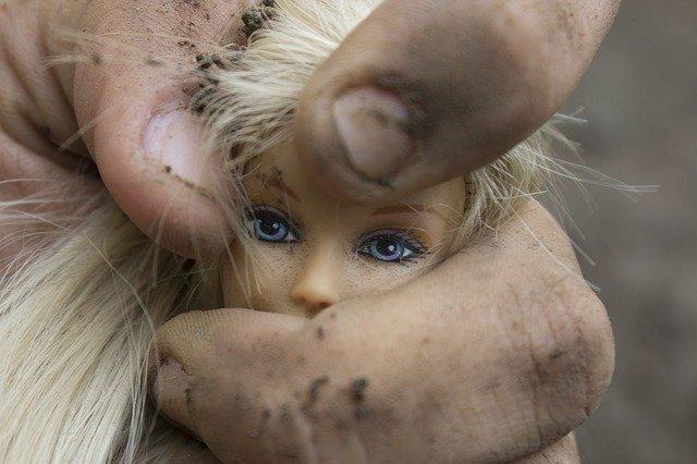 bábika v špinavých rukách